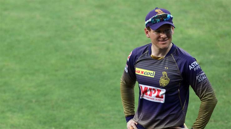 Why did Karthik leave the captaincy of KKR?